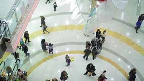 Wiele ruchliwie ludzie śpieszy się kupować Bożenarodzeniowe teraźniejszość, zakupy centrum handlowego atmosfera zbiory