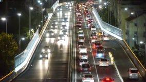 Wiele samochody na wiadukcie, ruchu drogowego dżem przy nocą zdjęcie wideo