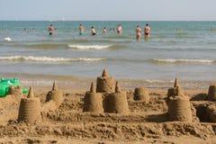 Wiele sandcastles na piaskowatej plaży Zdjęcie Royalty Free