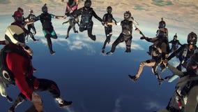Wiele skydivers trzyma ręki w niebieskim niebie sport ekstremalny formacja stunts zbiory wideo