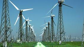 Wiele starzy silników wiatrowych generatory na zielonej trawie Budujący w sowieci - zjednoczenie zbiory wideo