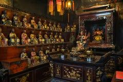Wiele statuy wśrodku mężczyzna Mo świątyni w Tai Po, Hong Kong Zdjęcie Royalty Free