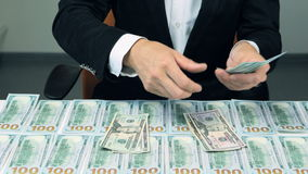 Wiele sto my dolary Pomyślny mężczyzna z udziałem pieniądze zdjęcie wideo