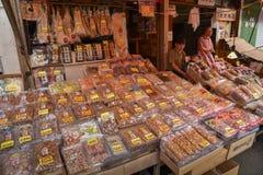 Wiele suchy i utrzymany denny jedzenie kłaść puszek dla sprzedaży przy Hakodate mo Zdjęcia Royalty Free