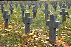 Wiele szarość krzyże w militarnym cmentarzu obrazy royalty free