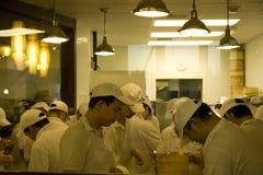 Ruchliwie szefowie kuchni w chińskiej restauracyjnej kuchni Zdjęcia Royalty Free