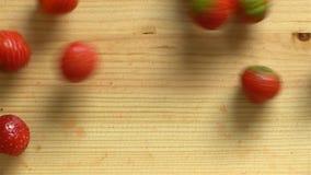 Wiele truskawkowa rolka na drewnianej powierzchni swobodny ruch Odgórny widok zbiory