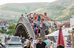Wiele turyści chodzą przez łukowatego mosta w Trogir, C Obrazy Stock
