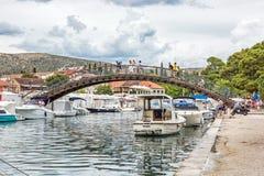 Wiele turyści chodzą przez łukowatego mosta w Trogir, C Fotografia Royalty Free