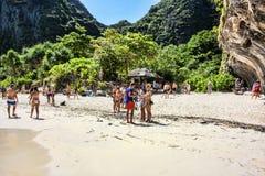 Wiele turyści cieszą się plażę Ko Phi Phi Zawietrzna wyspa - Thaila Fotografia Stock