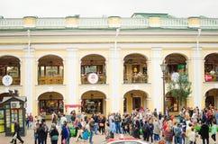 Wiele turyści na ulicach St Petersburg podczas puchar świata zdjęcie stock