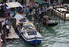 Wiele turyści na ulicach Wenecja fotografia royalty free