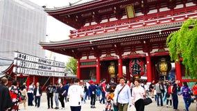 Wiele turyści przychodzący Sensoji świątyni turyści zbiory
