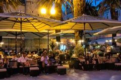 Wiele turyści są relaksujący w na otwartym powietrzu barze przy nocą, Trogir, Obrazy Stock