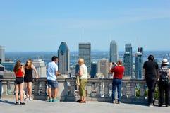 Wiele turyści stoją na Kondiaronk Belveder Obrazy Stock