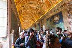 Wiele turyści w galerii mapy w Watykan Obraz Stock
