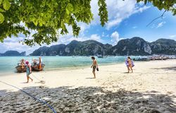 Wiele turysta cieszy się tropikalnego klimat w Ko Phi Phi Zawietrznych wyspach - Tajlandia Zdjęcie Royalty Free