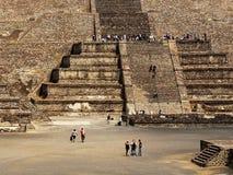 Wiele turysta na ostrosłupach Teotihuacan, Meksyk Zdjęcia Royalty Free