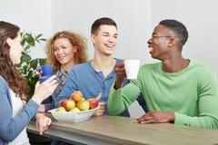 Uśmiechnięci koledzy pije kawę Fotografia Stock