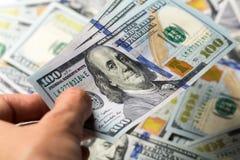 Wiele USA dolarów banknoty odizolowywający zdjęcie stock