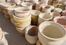 Wiele wielcy ceramiczni terakota garnki dla sprzedaży obraz stock