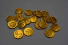 Wiele wielkie i jaskrawe złociste monety, złocisty pieniądze lokalizować na białej tło pracie Dolary i euro w postaci wielki drog obraz stock