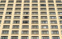 Wiele Windows na budynku mieszkalnego hotelu Zdjęcia Stock