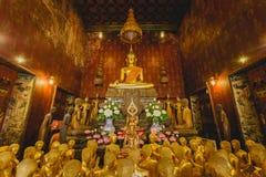 Wiele złoty Buddha w starej świątyni, Piękny święty i pokojowy Fotografia Stock