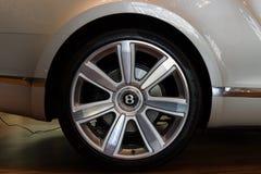 Wielen en remsysteemcomponenten van een auto van de ware grootteluxe convertibel Bentley New Continental GT V8 Stock Afbeelding