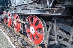 Wielen oude uitstekende retro zwarte locomotief met rode ster Stock Afbeelding
