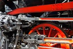 Wielen van de oude locomotief op sporen Stock Foto