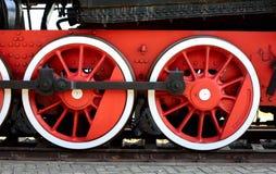 Wielen van de oude locomotief van rode kleur Stock Fotografie