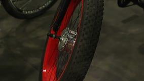 Wielen van fiets voor extreme activiteit, de professionele het cirkelen sport van de bergfiets stock videobeelden
