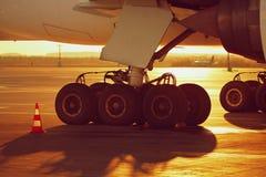Wielen van het vliegtuig bij de zonsondergang Royalty-vrije Stock Fotografie