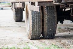 Wielen van zware vrachtwagen stock foto