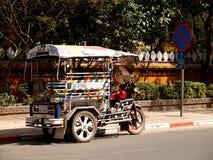 3-wielen voertuig en het dagelijkse leven op een markt dichtbij M Royalty-vrije Stock Fotografie