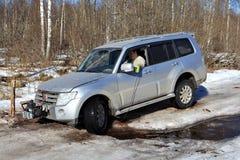 Wielenjeep in kreek op ijs bosweg die wordt geplakt Royalty-vrije Stock Foto's