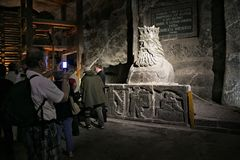 WIELICKI, POLSKA, MAJ - 28, 2016: Statua Casimir III Wielki w Wielickiej Solankowej kopalni Obraz Stock