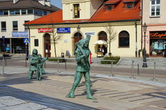 Wieliczka, cuadrado superior Esculturas de la sal antigua de los mineros Foto de archivo libre de regalías