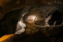 WIELICZKA POLEN - MAJ 28, 2016: Falsk gruvarbetare i Wieliczka den salta minen Arkivbilder