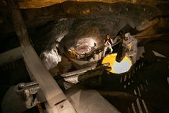 WIELICZKA POLEN - MAJ 28, 2016: Falsk gruvarbetare i Wieliczka den salta minen Royaltyfria Bilder