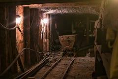 WIELICZKA POLEN - MAJ 28, 2016: Gammal spårvagn i Wieliczka den salta minen Royaltyfria Bilder