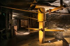 WIELICZKA POLEN - MAJ 28, 2016: Trävinsch i Wieliczka den salta minen Royaltyfri Fotografi