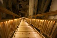 WIELICZKA, POLONIA - 28 DE MAYO DE 2016: Escalera en la mina de sal de Wieliczka Imagen de archivo libre de regalías