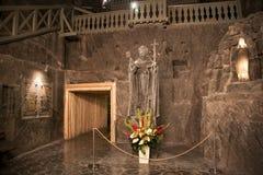 WIELICZKA, POLONIA - 28 DE MAYO DE 2016: Escultura de papa Juan Pablo II en la mina de sal de Wieliczka fotos de archivo libres de regalías