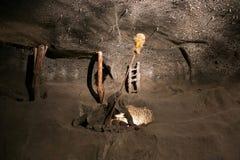 WIELICZKA, POLONIA - 28 DE MAYO DE 2016: Minero simulado en la mina de sal de Wieliczka fotografía de archivo libre de regalías