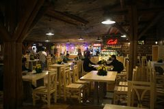 WIELICZKA, POLONIA - 28 DE MAYO DE 2016: Restaurante en la mina de sal de Wieliczka Fotos de archivo libres de regalías