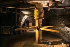 WIELICZKA, POLONIA - 28 DE MAYO DE 2016: Torno de madera en la mina de sal de Wieliczka Foto de archivo libre de regalías
