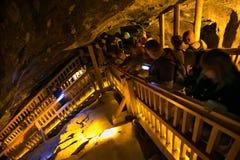 WIELICZKA, POLONIA - 28 MAGGIO 2016: Turisti nella miniera di sale di Wieliczka immagine stock