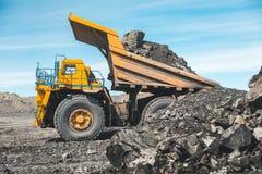 Wielka łupu usypu ciężarówka Ładować skałę w dumper Ładowniczy węgiel w ciało ciężarówkę Produkcj pożytecznie kopaliny kolonel zdjęcia royalty free